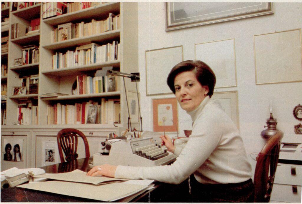 Gina Lagorio al tavolo da lavoro - Foto Archivio Lagorio