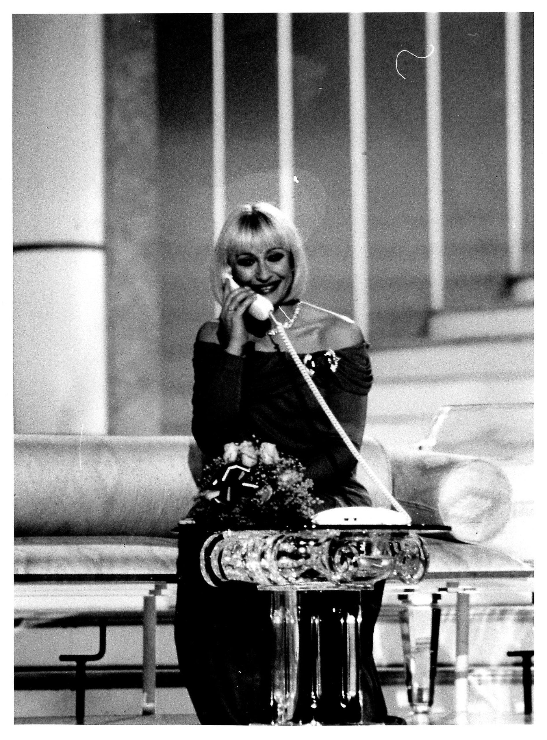 Raffaella Carrà durante una trasmissione, 1989