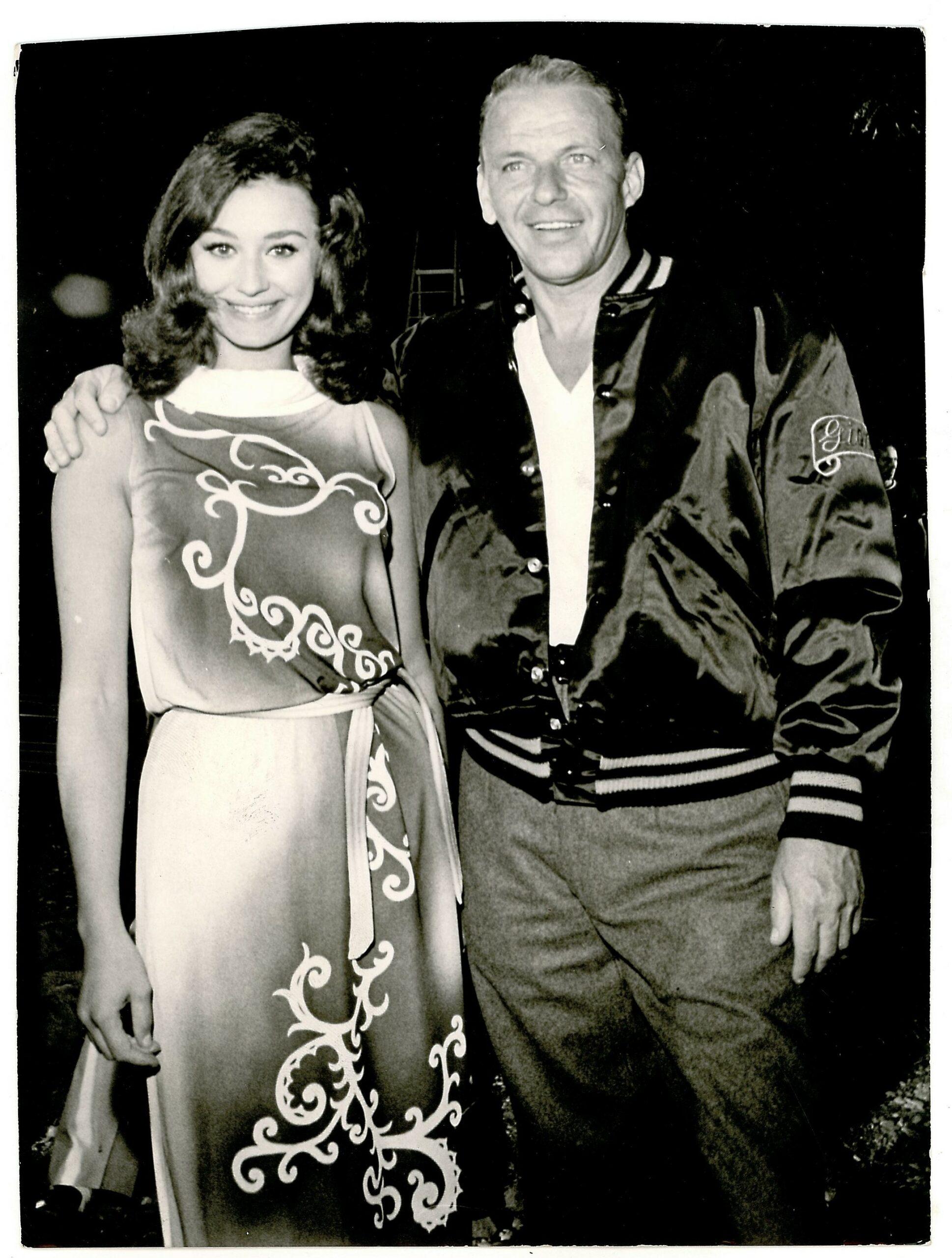 """Raffaella Carrà e Frank Sinatra sul set del film """"Il colonnello von Ryan"""", 1963"""