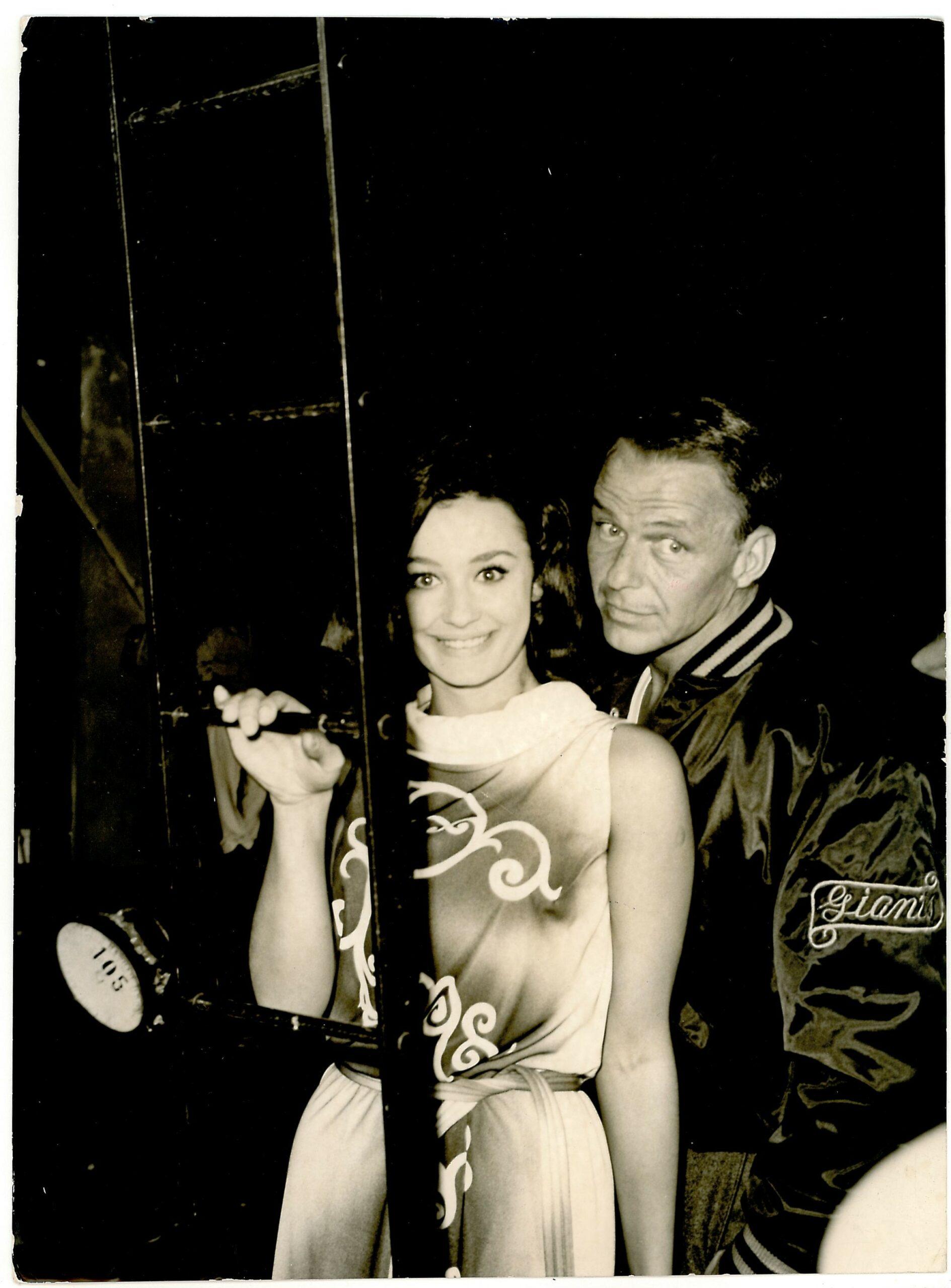 """Raffaella Carrà e Frank Sinatra sul set del film """"Il colonnello von Ryan"""". 1963"""